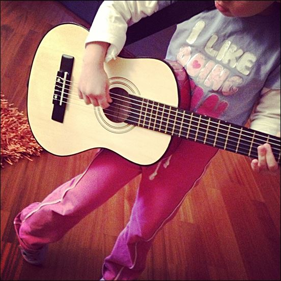 marmocchia e chitarra